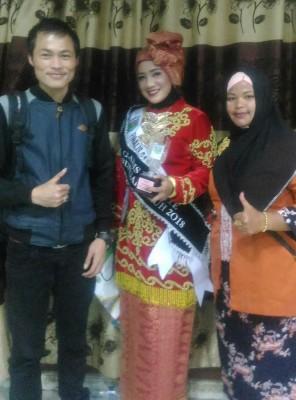Perwakilan Gadis STKIP Muhammadiyah Sungai Penuh Menjadi Gadis Favorite Sungai Penuh 2018, photo bersama Presma dan Ketua LPPM STKIP Muhammadiyah Sungai Penuh